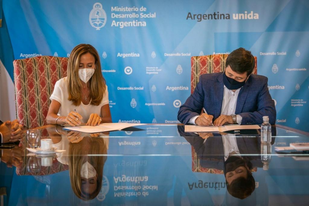 Daniel Arroyo y Victoria Tolosa Paz firmaron un acuerdo para integrar y generar información socioeconómica.
