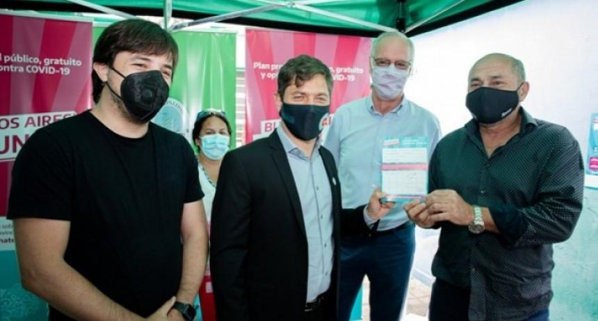 Axel Kicillof y Mario Secco visitaron el operativo de vacunación en Ensenada