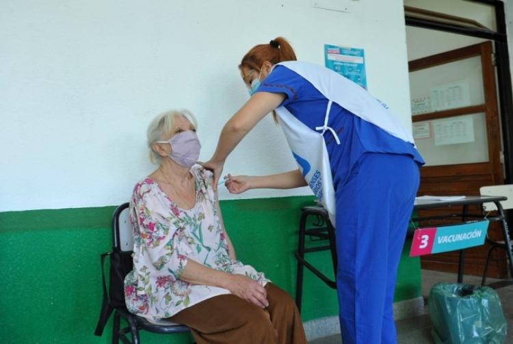 La nueva etapa de vacunación alcanzó un récord de aplicaciones diarias en la Provincia
