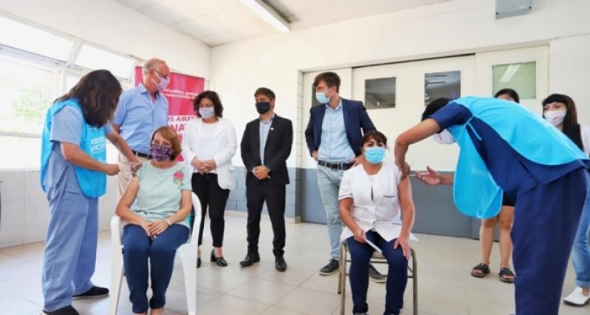 Axel Kicillof y Carla Vizzotti visitaron una posta de vacunación en Morón