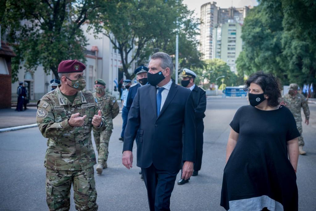 Carla Vizzotti y Agustín Rossi supervisaron vacunación del personal militar que brinda apoyo contra la pandemia en el AMBA