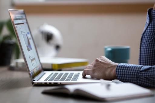 La OMT, IE University y Sommet Education se asocian para acelerar la educación en línea