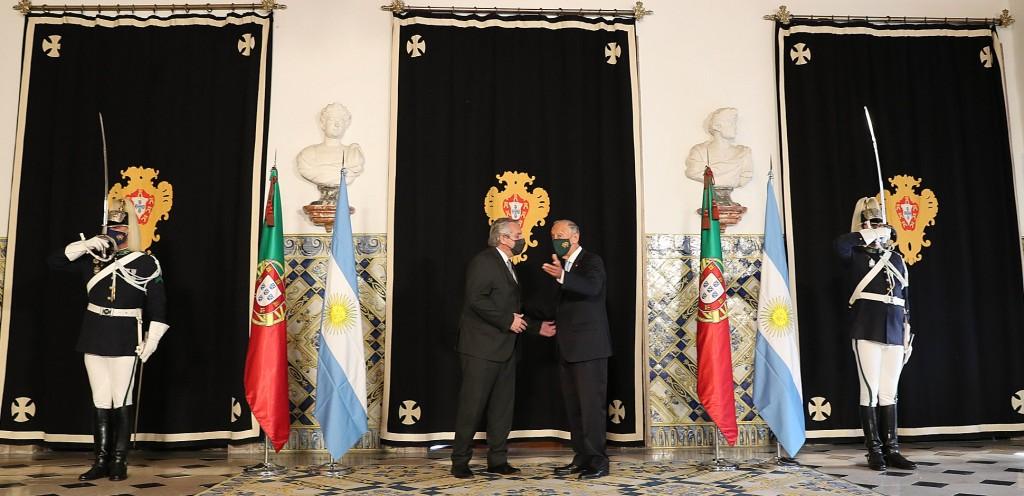 El presidente fue recibido por su par de Portugal en el inicio de su gira por Europa