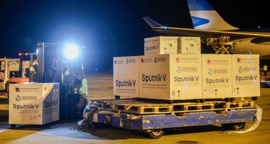 Arribó un vuelo con 500.000 dosis de Sputnik V desde Moscú