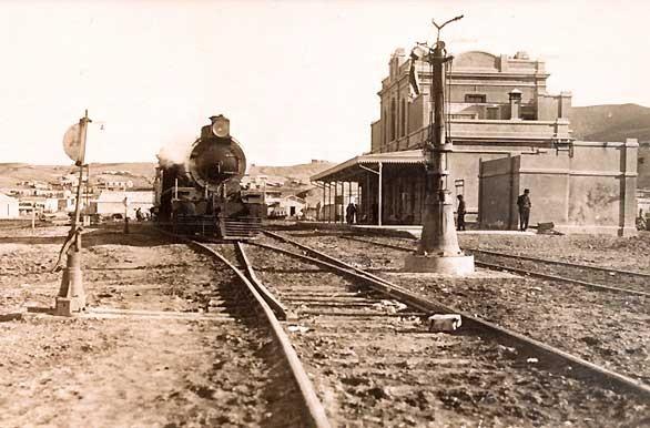 1912-  EL ferrocarril de Comodoro Rivadavia a Colonia Sarmiento.