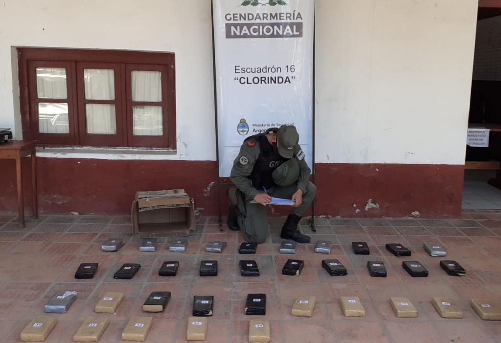 """Con el apoyo del can """"July"""", la Gendarmería incautó más de 30 kilos de marihuana en un control vehicular"""