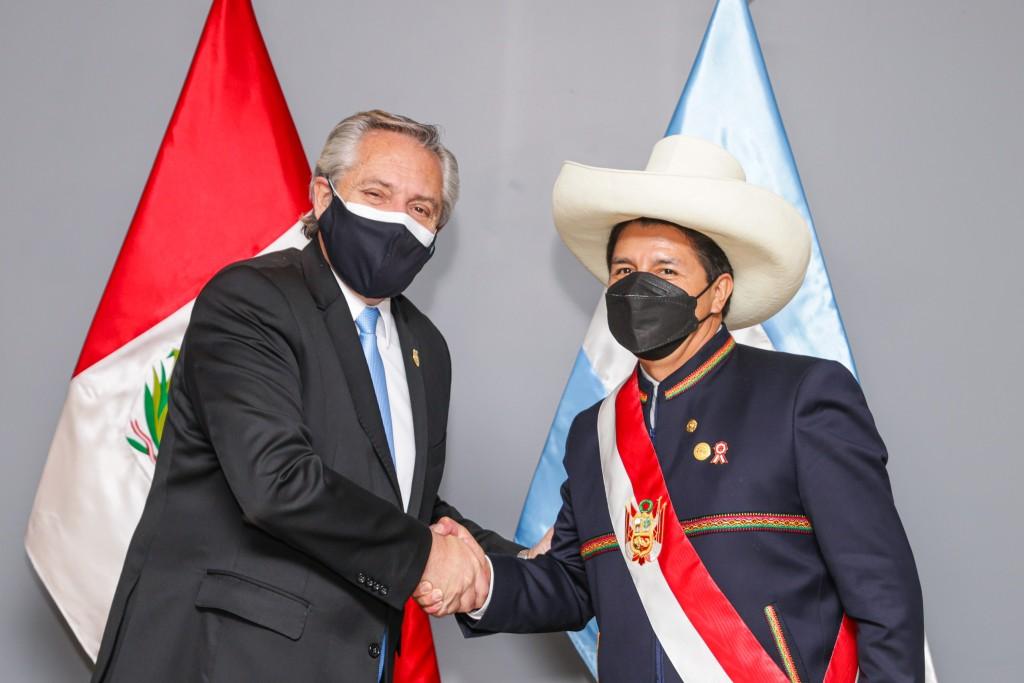 El Presidente mantuvo en Lima un encuentro bilateral con el flamante mandatario peruano, Pedro Castillo