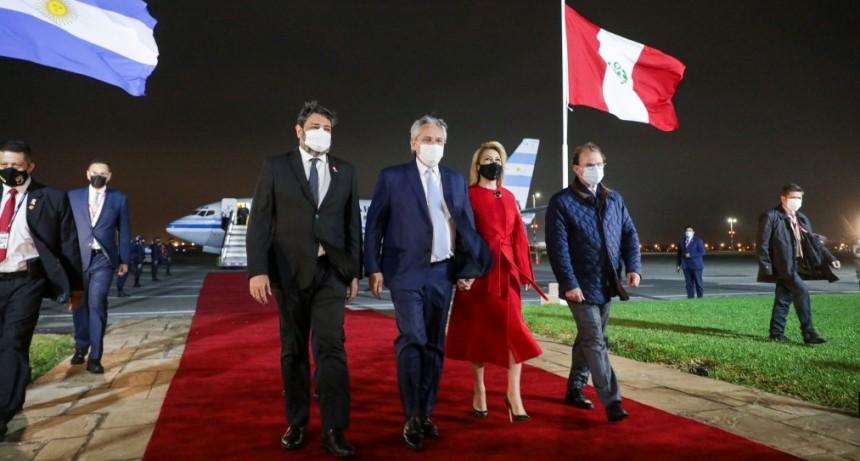 El Presidente llegó a Perú para asistir a la ceremonia de transmisión de mando del presidente electo, José Pedro Castillo Terrones