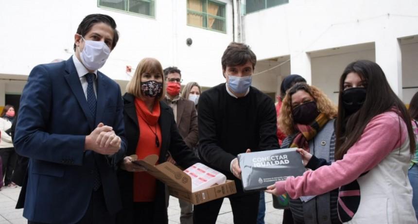 Lucas Ghi y el ministro Nicolás Trotta entregaron netbooks a estudiantes de Morón