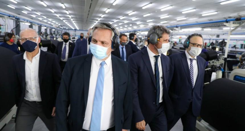 El Presidente recorrió obras y una fábrica textil y encabezó la firma de convenios con San Juan