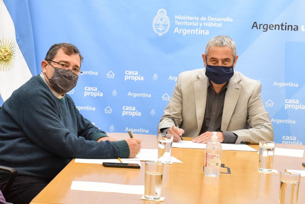 Jorge Ferraresi acordó la construcción de 1.200 viviendas con Cáritas Argentina