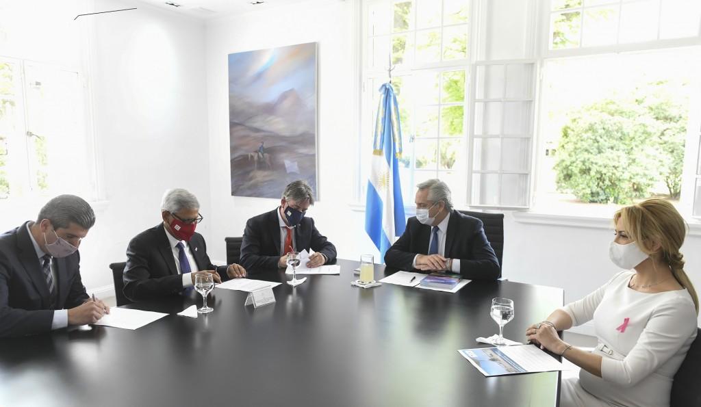 El Presidente encabezó la firma de un convenio entre AA2000 y la Cruz Roja para crear un Hub Humanitario Cono Sur en Ezeiza
