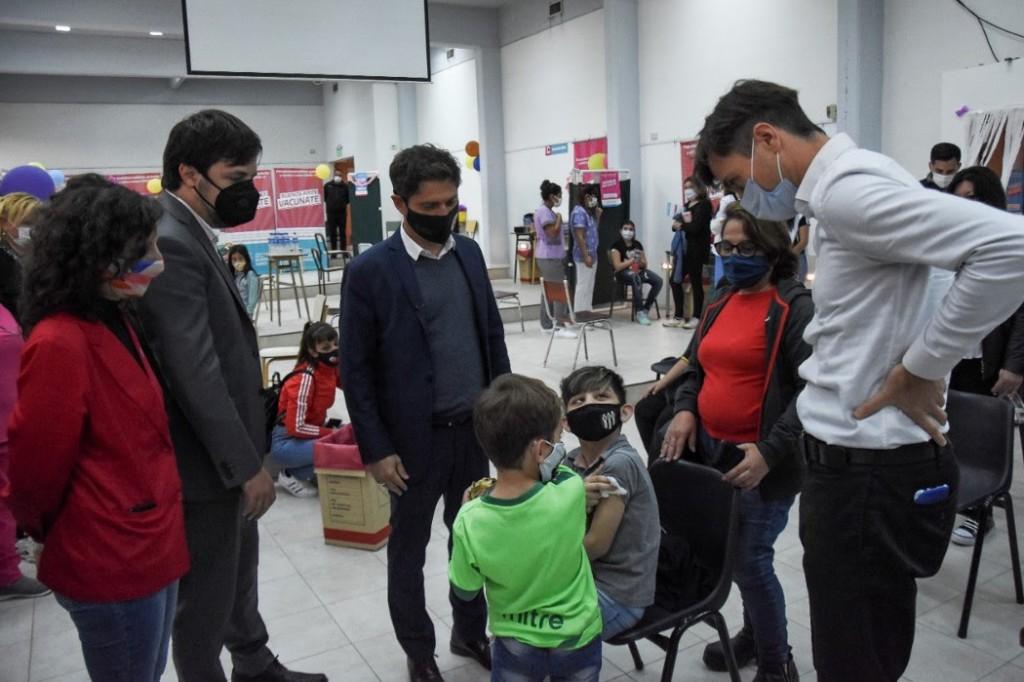 Lucas Ghi y Axel Kicillof visitaron una posta sanitaria en el inicio de la vacunación a niños y niñas de 3 a 11 años
