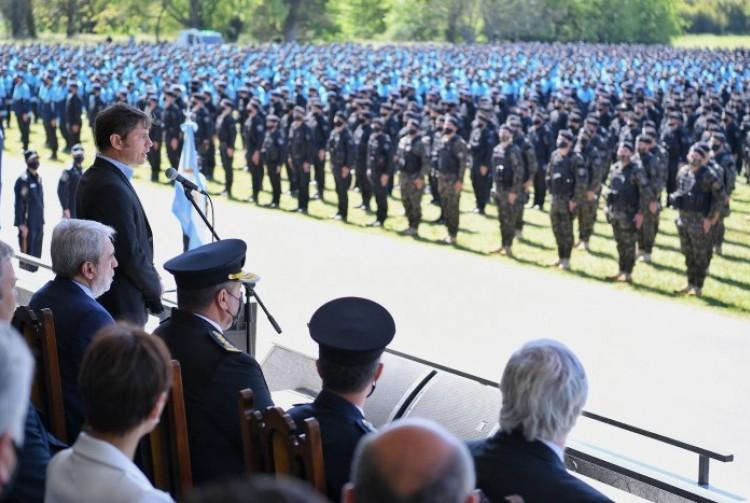 Axel Kicillof tomó juramento a la bandera nacional a cadetes egresados de la Policía de la Provincia