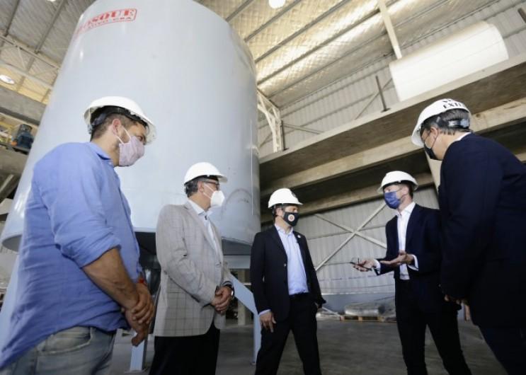 Axel Kicillof y Mariano Cascallares recorrieron la nueva planta de una empresa de materiales compuestos