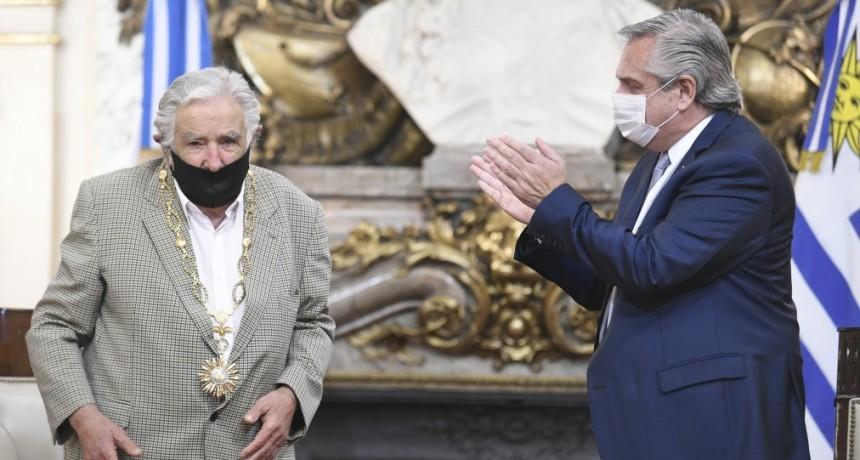 El Presidente otorgó la condecoración del Collar de la Orden del Libertador San Martín al expresidente de Uruguay, José