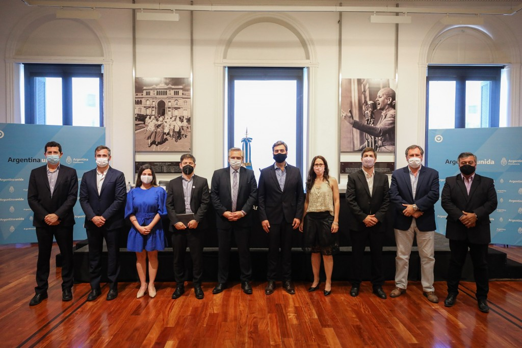 El Presidente encabezó la firma de contratos para obras hídricas y de transporte de electricidad en la provincia de Buenos Aires