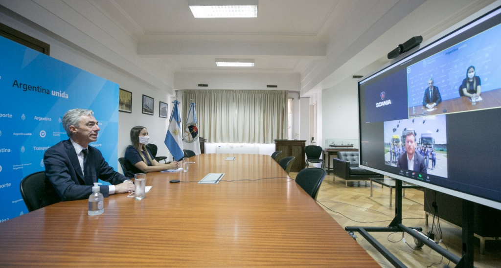 Mario Meoni participó del programa de formación profesional para mujeres