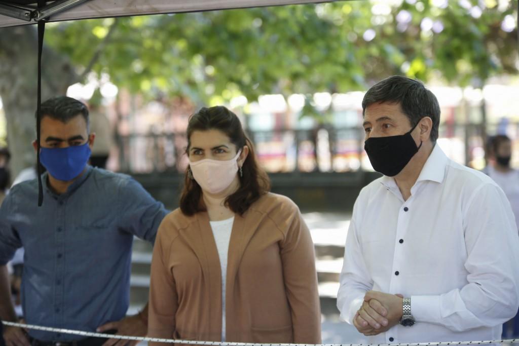 Daniel Arroyo y Mariel Fernández visitaron el mercado popular en Moreno
