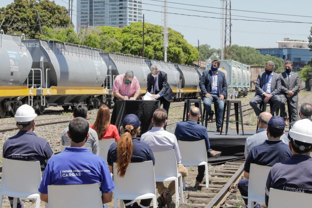 Mario Meoni firmó un memorando de entendimiento para la producción de 1000 vagones y 300 contenedores a fabricarse en Argentina