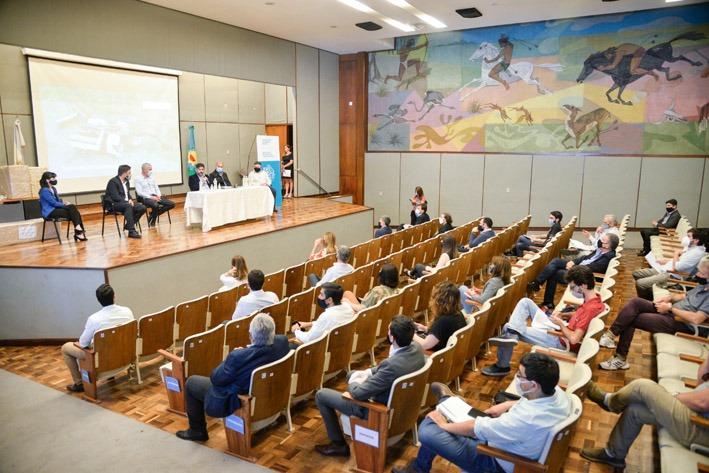 Carlos Bianco encabezó la apertura de sobres de la licitación de la obra de la planta potabilizadora para La Plata, Berisso y Ensenada