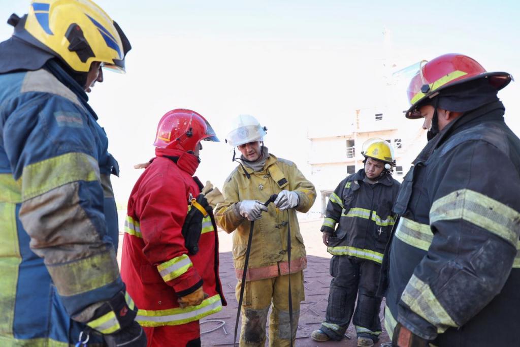 Capacitación y simulacro para responder ante emergencias en buques a los Bomberos Voluntarios.