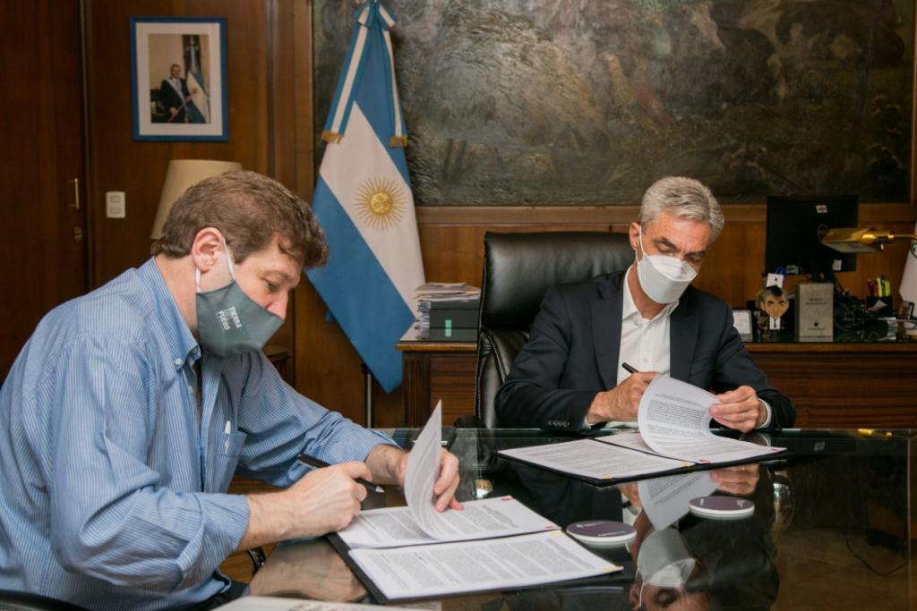 El Ministro de Transporte firma un convenio con el Gobernador de Tierra del Fuego.