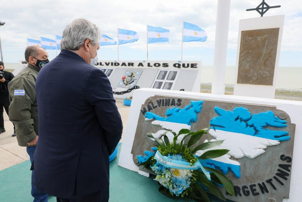 El Presidente colocó una ofrenda floral en el Monumento a los Héroes de Malvinas